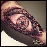 Crazy Colors-Tattoo Oberarm innen- realistisches Auge